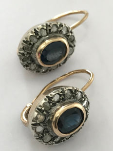 Gold and silver earrings from the early 20th century, with sapphires and diamonds Each central stone has an estimated carat weight of 0.40 ct. The diamonds are antique rose cut.   Total measurements: 20 x 10 x 15 mm