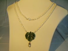 Goldsmith workmanship with green, hand-carved jade / nephrite sheet (30 ct) on white pearl necklace