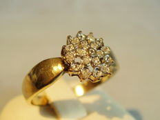 Gold ring with diamonds in ice crystal pattern totalling 0.30 ct