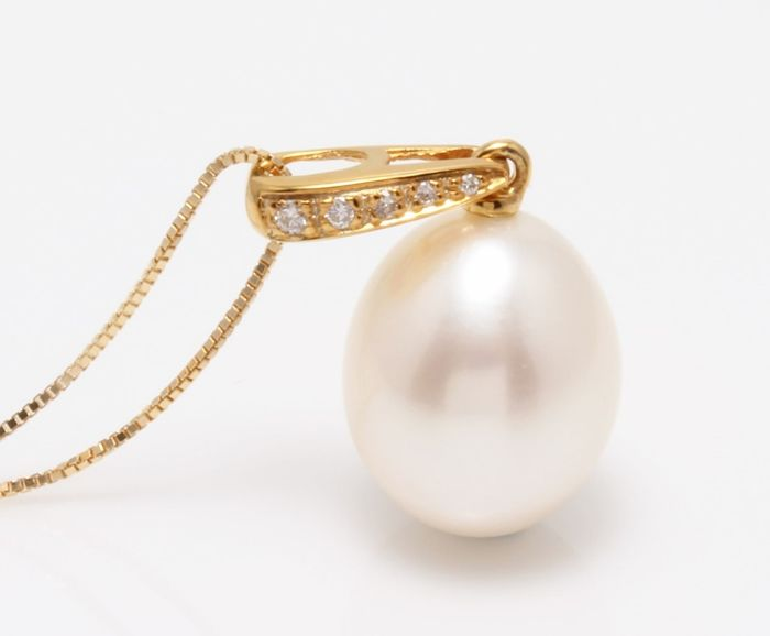NO RESERVE PRICE - 18 kt. Yellow Gold- 10x11mm Lustrous Freshwater Pearl Drop - Necklace with pendant - 0.04 ct