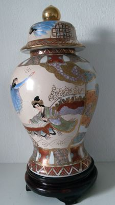Chinese vase with lid - China - late 20th century