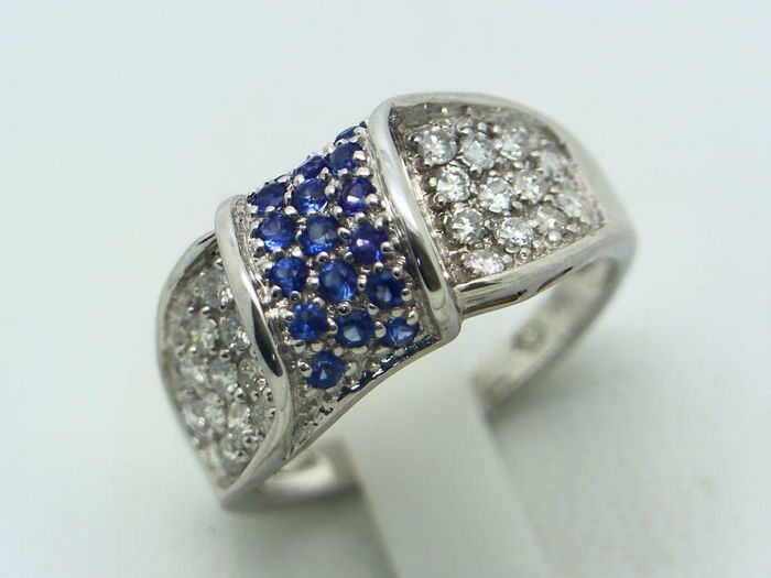 Cocktail ring in 750/1000 white gold (18 kt) with 0.46 ct of diamonds, P2 H and 0.32 ct of sapphires, both in brilliant cut - Size No. 13