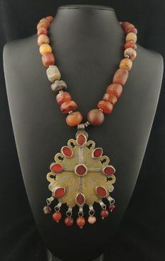 Antique carnelian necklace with gold-coloured silver pendant - Turkmenistan, second half of the 20th century