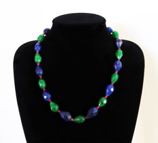 Emeralds, faceted sapphires, polished rubies necklace - 14 kt gold clasp, hallmarked - Total length 54.5 cm - 465 ct