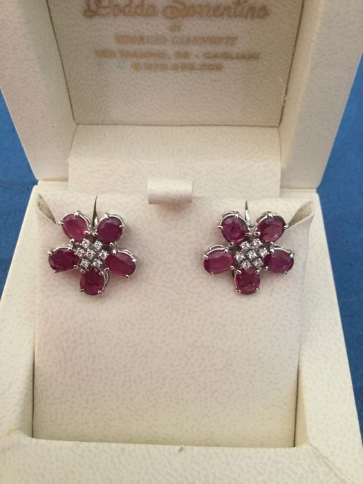 18 kt gold earrings with 0.28 ct brilliant cut diamonds and rubies weighing 0.017 ct each - Dimensions: 1.70 cm