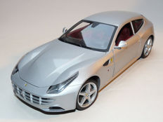 Hot Wheels - Scale 1/18 - Ferrari FF 2012 - Silver