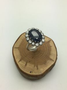 18kt white gold entourage ring with sapphire of 5.5 ct urrounded with 1.4 kt in diamonds
