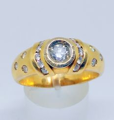 18 kt yellow gold cocktail ring with 17 diamonds