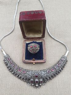 Vintage Indian Necklace in Silver with gemstones and matching ring - Mid 20th century