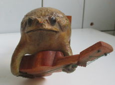 Taxidermy - vintagecuriosity - Guitar-playing Frog - Rana sp. - 18cm