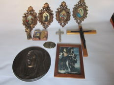 Lot of 4 - oval pictures representing Saints - 2 crucifixes - Saint Pio figurine and Saint Pio representation on papier-mâché - Madonna on plate, picture of Saint Nicholas and small plate with Madonna and Jesus, Italy 20th century