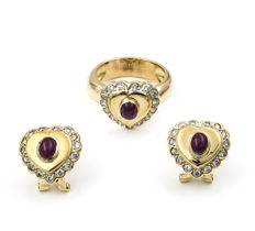 18 kt yellow gold - Set composed of cocktail ring and matching earrings - Brilliant-cut diamonds of 2.00 ct - Oval cabochon rubies - Cocktail ring size: 11.5 (ES).