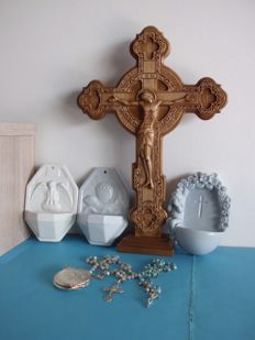 6 pieces - Circa 1950 - 2 rosaries + 1 in silver-plated box - 3 Marked Porcelain Holy Water Vessels - 1 hand-made Crucifix of wood