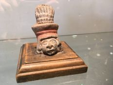Fine small head in polychrome terracotta on a wooden base - 55 mm