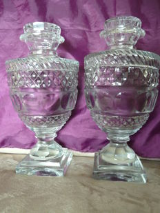 A couple of finely cut crystal chestnut vases, England, circa 1900