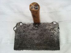 Steel horses- / wool- flax comb with fine engraving and nailed grip - 17th century or earlier