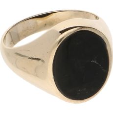 8 kt (BLGG) - Yellow gold signet ring set with an oval onyx - Ring size: 20 mm