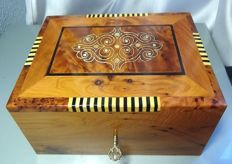 Fine box, hand polished and decorated, in cedar wood with mother-of-pearl inclusions.