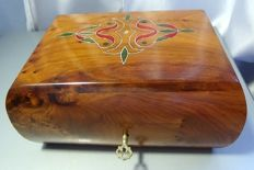 Fine box with soft curves in mahogany wood and with inclusions of mother-of-pearl.