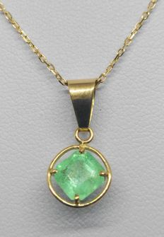 18 kt yellow gold necklace with pendant - central 1.25 ct emerald