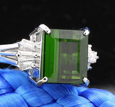 Elegant ring with green tourmaline and diamonds 4.73 ct in total, 850 platinum, ring size: approx. 50 (inner diameter: approx. 15.9 mm) ---no reserve price---