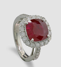 Rarity: unheated Burmese ruby of 4.53 ct with brilliants 0.88 ct in total, 900 platinum