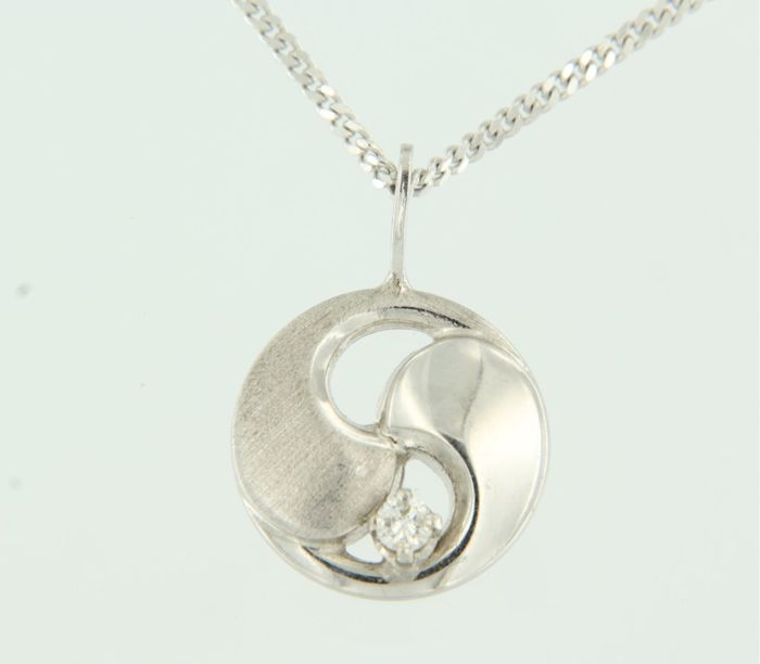 14k white gold necklace with a yin yang pendant set with brilliant cut diamond, approx. 0.06 ct in total, length of necklace 45 cm