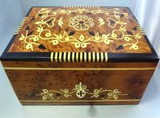 Fine box, hand polished and decorated, in mahogany wood with inclusions of mother-of-pearl.