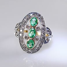 18 kt Gold ring in Art Nouveau style with 0.66 ct diamond and 3 emeralds, 0.60 ct in total - 3.8 grams, ring size 17 mm (53)