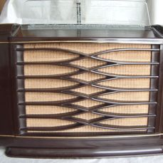 Beautiful PHILIPS bakelite tube radio BX462A from 1946 - complete and playing.