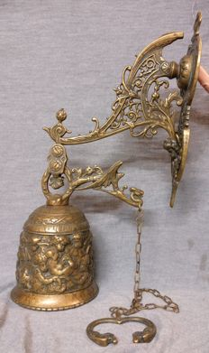 Brass wall bell, lost wax casting - Italy, Venice - 20th century - With decorations depicting cupids and dragons