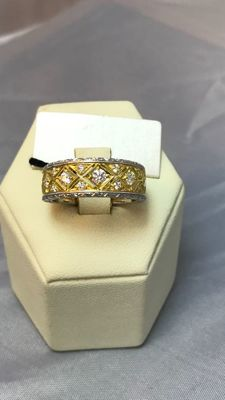 Michelangelo Gold: Florentine style ring in 18 kt white and yellow gold with brilliant cut diamonds, 0.41 ct.