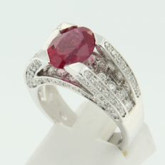 18 kt white gold ring set with a synthetic ruby and brilliant cut diamonds, approx. 1.75 ct in total.