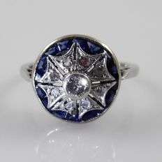 18 kt white gold Art Deco ring with 0.12 ct central diamond, rose cut diamonds and blue sapphires