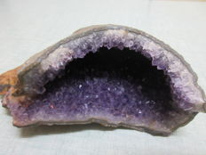 Beautiful geode containing amethyst crystals- 15 x 9.5 x 4cm - 700g