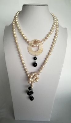 Baroque Freshwater Pearl Necklace with Onyx and mother of pearl medallion – 126 cm – 167 g
