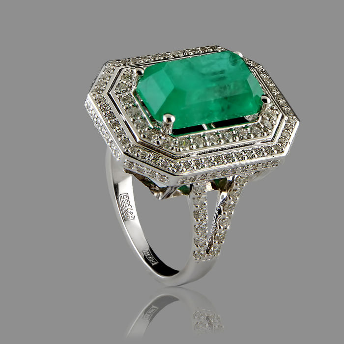 IGI certified  5.42 ct emerald ring surrounded with 150 diamonds