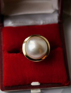 Gold ring with Australian South sea large Mabé pearl with good lustre and ivorywhite color in excellent state.