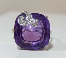 Ring and beautiful cushion-cut amethyst, 18 kt white gold