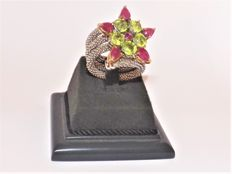 Kesia: ring with 18 kt yellow gold and 925 silver - peridots for approx. 4.30 ct and rubies for approx. 2.43 ct