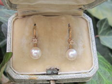 Antique sleeper earrings in 18 kt yellow gold each set with a diamond of 2 mm and a white cultivated pearl of 6 mm - Total weight of 2.32 grams - 2 hallmarks including eagle's head.