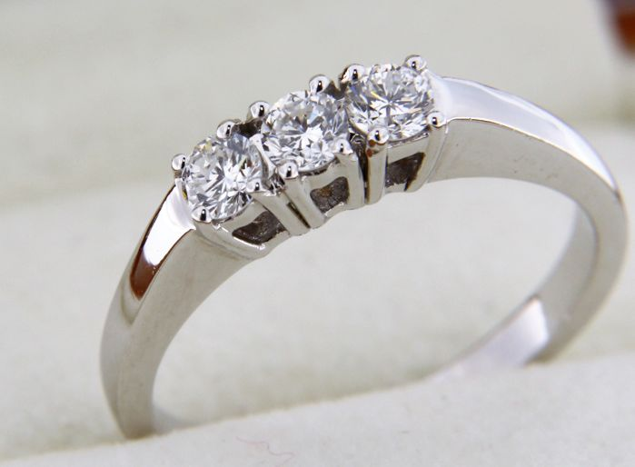 Ring in 18 kt white gold and diamonds - size 53
