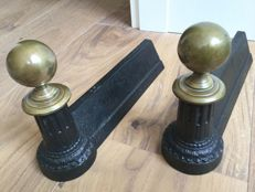 Set cast iron neo-classic andirons with brass knobs, end 19th century