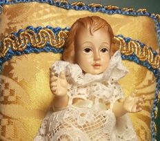 Beautiful Child Jesus dressed in lace and walks in brocade, with gallon in silk golden thread. First half 20th Century - Portugal.