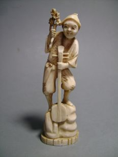 Okimono in ivory – The shamisen player – signed 'Masayuki' – Japan – ca. 1910 (end of the Meiji period).