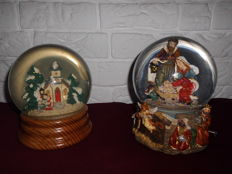 2 beautiful Christmas / snow globes with music box, very special models, a beautiful collector's / Christmas item!