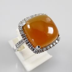 14 kt white gold Cocktail ring with large carnelian and entourage of 0.60 ct diamonds - 6.4 grams - ring size 17.25 mm (54)