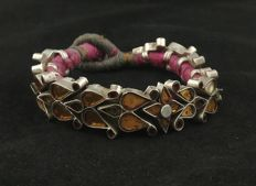 Antique silver bracelet with stained glass – Himachal Pradesh (India), early 20th century.
