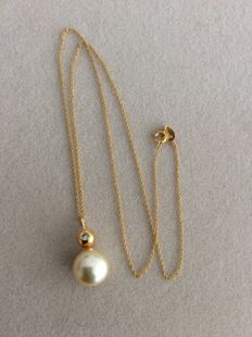 10 mm South sea pearl pendant set with a 0.03 ct diamond