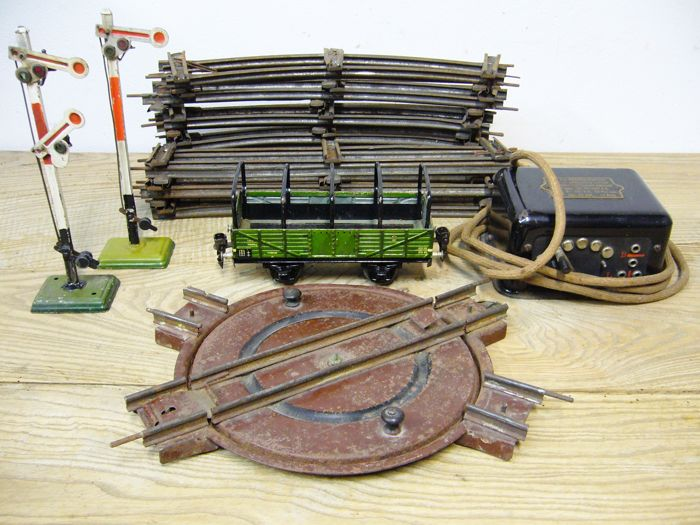 Märklin, Germany - Track 0 - lot with 5 straight rails, 10 curves, 1 transformer, 1 turntable, 2 semaphores and open freight car, 1930s